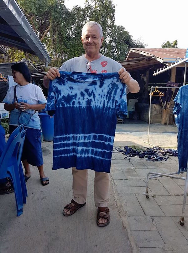 Man showing a blue t-shirt in Phrae
